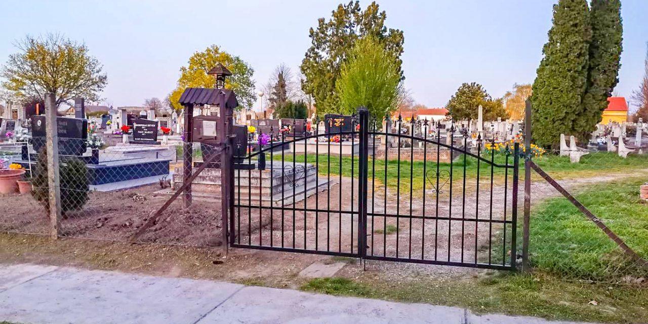 Elkészült az új temetőkapu